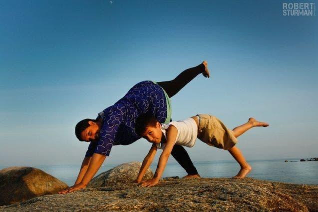 17-photos-de-meres-qui-pratiquent-le-yoga-avec-leurs-enfants14