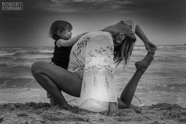 17-photos-de-meres-qui-pratiquent-le-yoga-avec-leurs-enfants17
