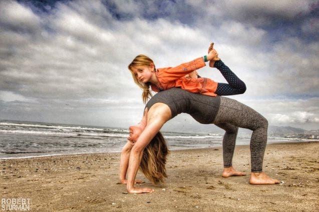 17-photos-de-meres-qui-pratiquent-le-yoga-avec-leurs-enfants2