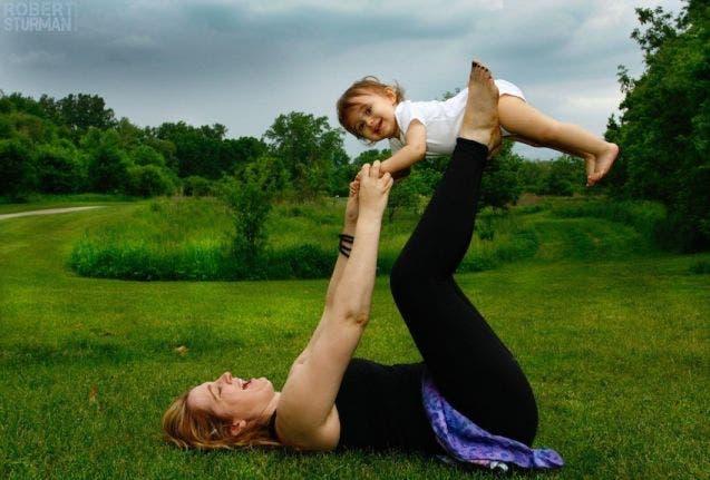 17-photos-de-meres-qui-pratiquent-le-yoga-avec-leurs-enfants3