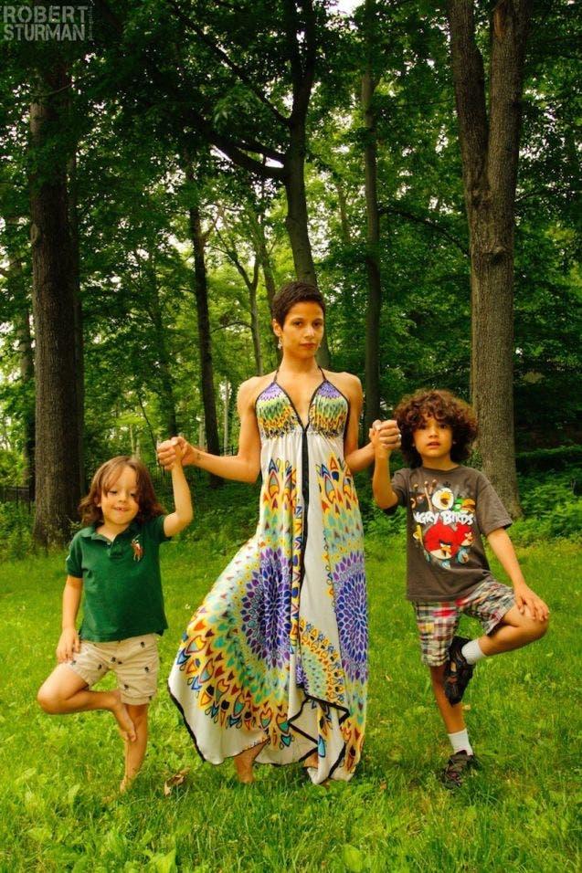 17-photos-de-meres-qui-pratiquent-le-yoga-avec-leurs-enfants4