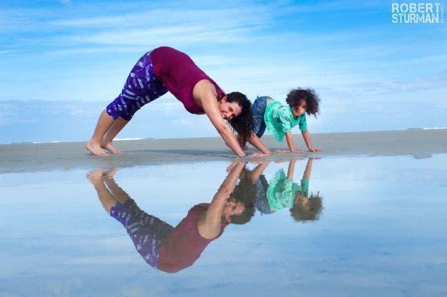 17-photos-de-meres-qui-pratiquent-le-yoga-avec-leurs-enfants6
